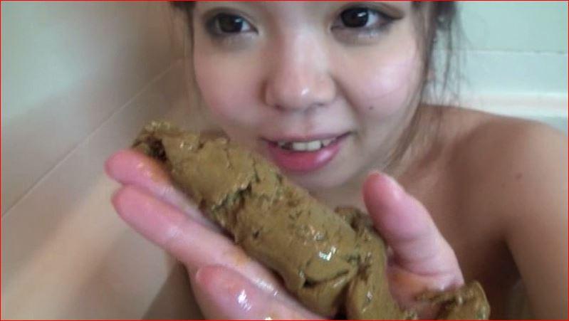 女の子がお風呂でウンコを脱糞するシーン
