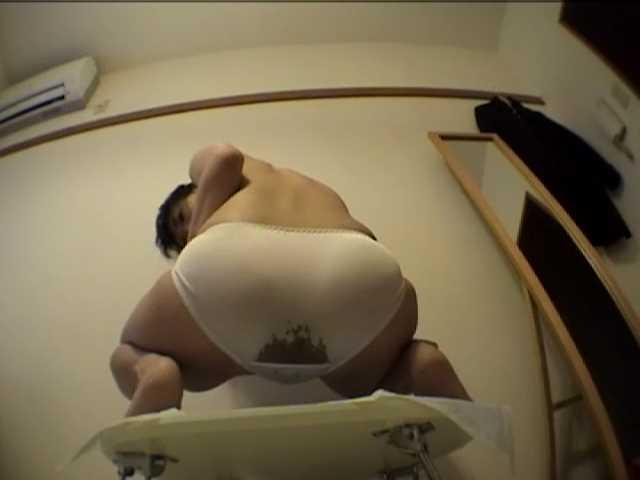 部屋のちゃぶ台の上でウンコを漏らす女ミムラ佳奈