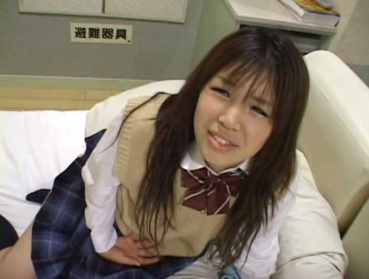 強制的に浣腸されちゃった女子高生のお腹が痛くて辛そうな顔
