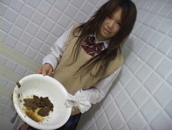 自分のしたウンコの入った洗面器を持って反省するJK女子高生