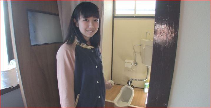 和式便所でうんちをするかわいい少女
