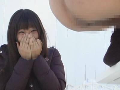 かわいい感じの黒髪ロングの女の子が微笑を浮かべてガン見するその先には男性のおしりと肛門とウンコ