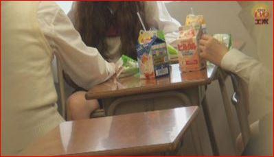 教室でダベる女子高生たち