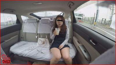 女の子がタクシーでおしっこ我慢♪