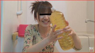 尿をペットボトルに溜める女の子