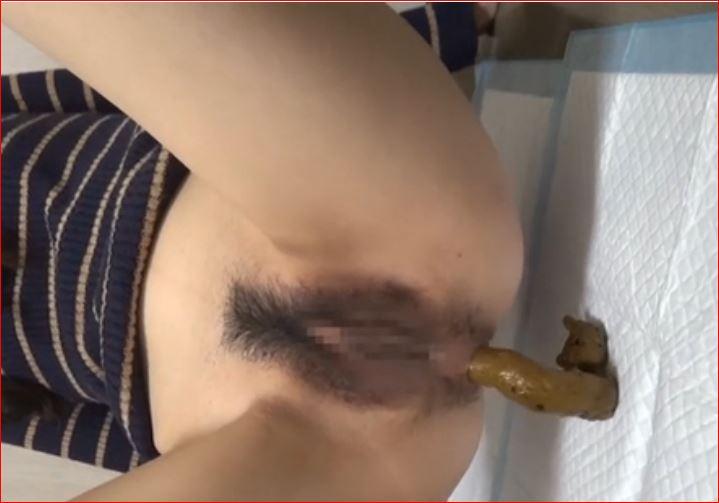 仰向け四つん這いでウンチ☆女のコのお股とお尻の穴がよく見えます♪