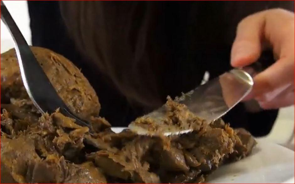 女の子のウンコをナイフとフォークでザクザク解体します♪
