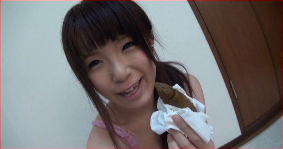 ウンチを手に持ってはにかむいかわいい女の子♪