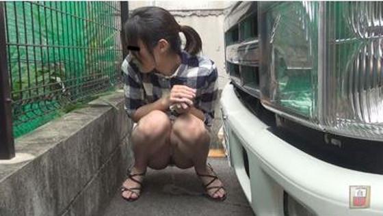駐車場の車の裏側でおしっこする女の子♪